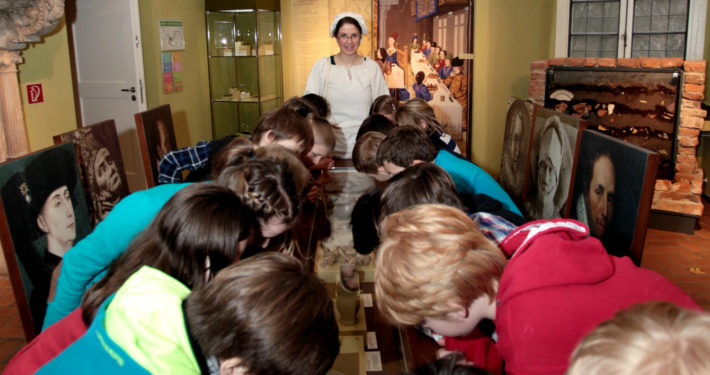 Kinder im Grafschafter Museum im Moerser Schloss