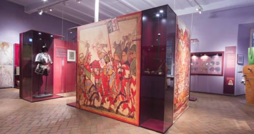 Ausstellungsraum mit Sammlungsstücken im Grafschafter Museum im Moerser Schloss