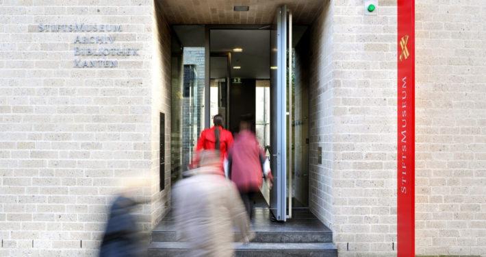 Besucher gehen in das Stiftsmuseum Xanten