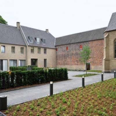 Hof und Teil des Xantener Dom beim Stiftsmuseum Xanten