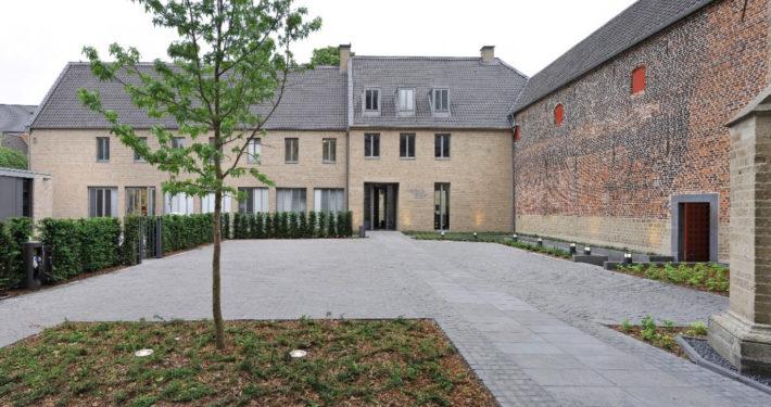 Hof mit Aussenfassade des Kreuzgangs am Stiftsmuseum Xanten