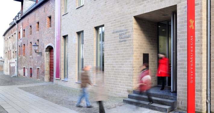 Besucher verlassen das Stiftsmuseum Xanten