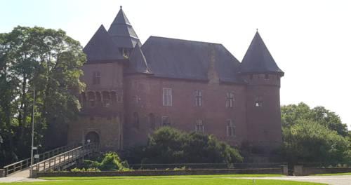 Burg Linn mit Wassergraben und Brücke