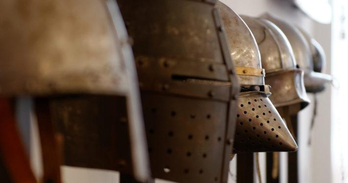 Verschiedene Ritterhelme im SiegfriedMuseum Xanten