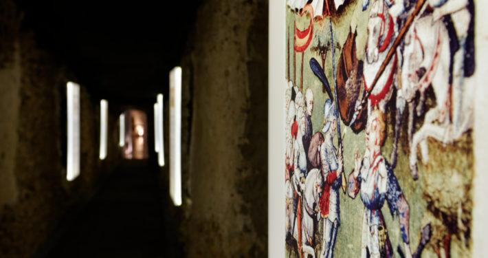 Gemälde in einem Ausstellungsgang im SiegfriedMuseum Xanten
