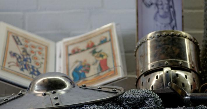Kettenhemd. Helm und Bücher im SiegfriedMuseum Xanten