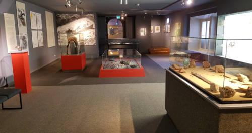 Präsentation von verschiedenen Ausstellungsstücken im Museum Burg Linn