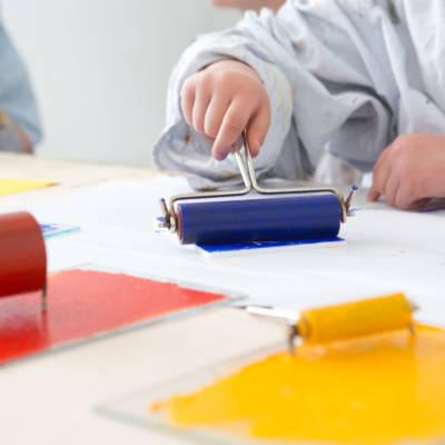 Kinder erstellen mit Farbrollen Drucke im Museum Schloss Moyland