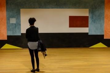 Een vrouw kijkt naar een kunstwerk in het Bonnefantenmuseum Maastricht