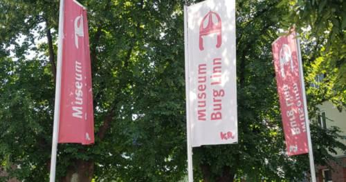 Fahnen am Eingang von Museum Burg Linn