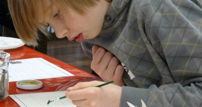 Junge malt ein Bild im Stiftsmuseum Xanten