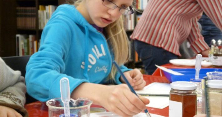 Mädchen rührt Farbe im Stiftsmuseum Xanten
