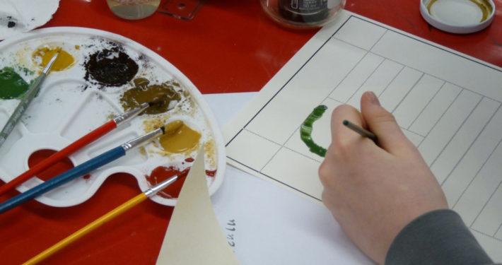 Schüler bei der Gestaltung einer Urkunde im Stiftsmuseum Xanten