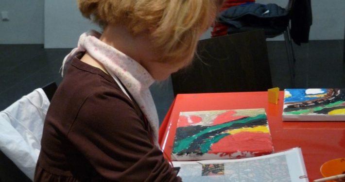 Kleine Mädchen malt ein Bild im Stiftsmuseum Xanten