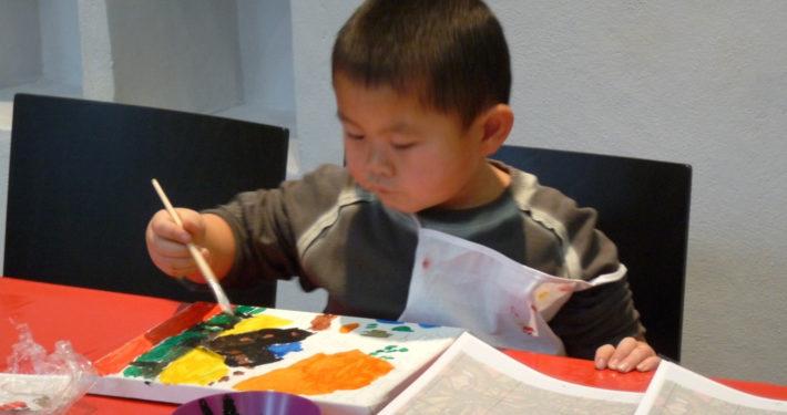 Kleiner Junge malt ein Bild im Stiftsmuseum Xanten