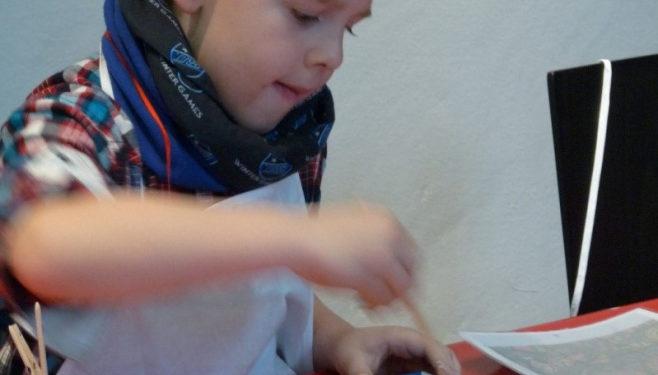 Ein Junge malt ein Bild im Stiftsmuseum Xanten