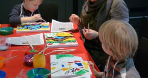 KInder malen unter Anleitung Bilder nach im Stiftsmuseum Xanten