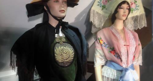 Zwei Kleiderpuppen mit Trachten im Trachtenmuseum Beeck