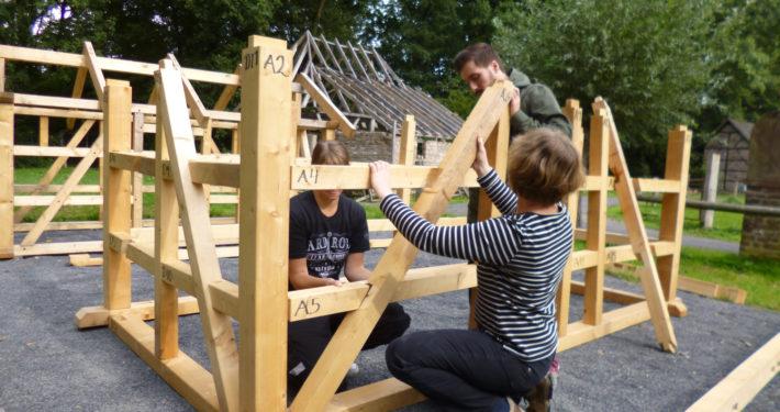 Jugendliche bauen ein großes Fachwerkhausmodell im Freilichtmuseum in Grefrath
