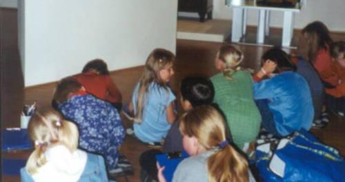 Grundschüler zeichnen in der Ausstellung des LVR-Niederrheinmuseum Wesel