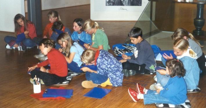 Kinder zeichnen in der Ausstellung im LVR-Niederrheinmuseum Wesel