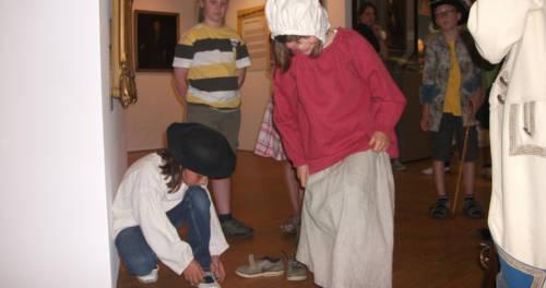 Schülerinnen und Schüler verkleiden sich im LVR-Niederrheinmuseum Wesel