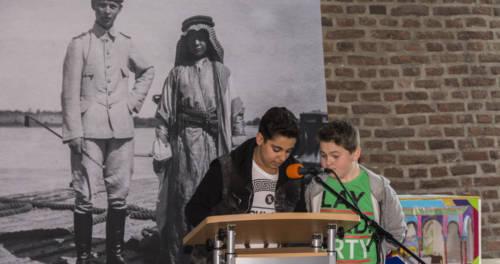 Zwei Schüler lesen vor im LVR-Niederrheinmuseum Wesel