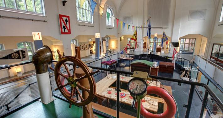An Deck des Schiffes Hermann in der ehemaligen Damenschwimmhalle im Binnenschifffahrtsmuseum Duisburg