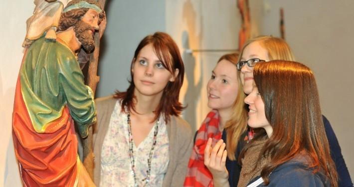 Vier Schülerinnen bestaunen eine Skulptur im Stiftsmuseum Xanten