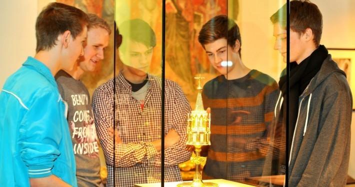 Fünf Schüler beschauen ein Ausstellungsstück des Stiftsmuseum Xanten