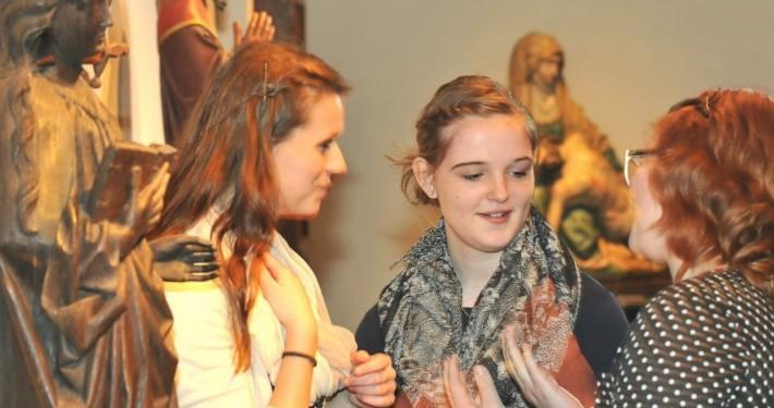 Gespräch mit Schülerinnen in der Ausstellung des Stiftsmuseum Xanten
