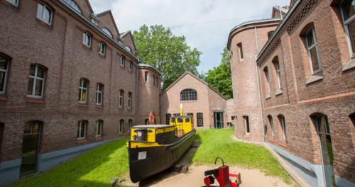 Schwarz-gelbes Schiff im Innenhof des Binnenschifffahrtsmuseum Duisburg