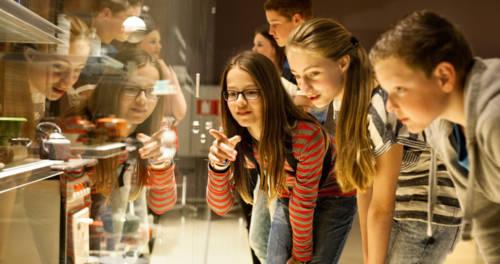 Jonge mensen bezoeken de tentoonstelling in het Limburgs Museum