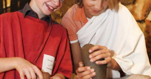 Jongere die granen malen in het Limburgs Museum