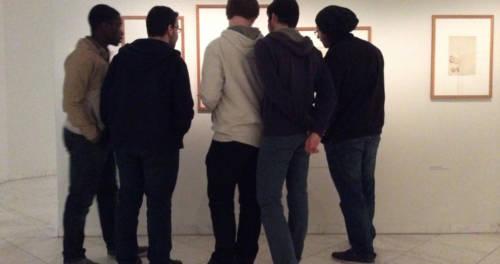 Jugendliche beschauen ein Kunstwerk im Museum Schloss Moyland