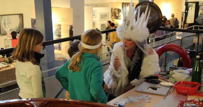 Museumspädagogin bastelt mit Kindern im Binnenschifffahrtsmuseum Duisburg