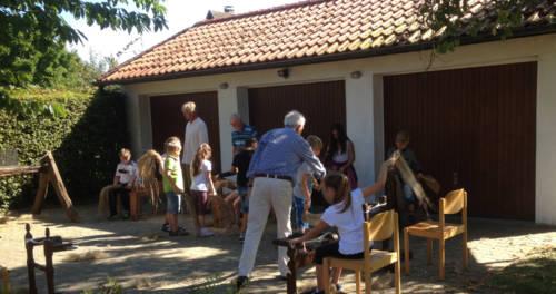 Kinder und Erwachsene erproben die Flachsbearbeitung im Flachsmuseum Beeck