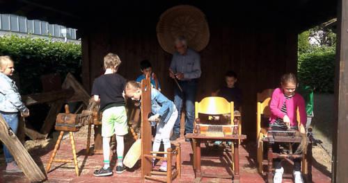 Kinder bearbeiten Flachs im Flachsmuseum Beeck