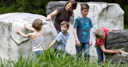 Kinder unterwegs in den Gärten von Museum Schloss Moyland