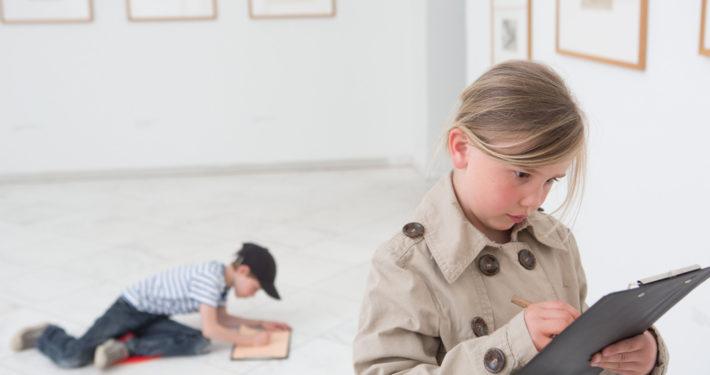 Mädchen zeichnet ein Kunstwerk nach im Museum Schloss Moyland