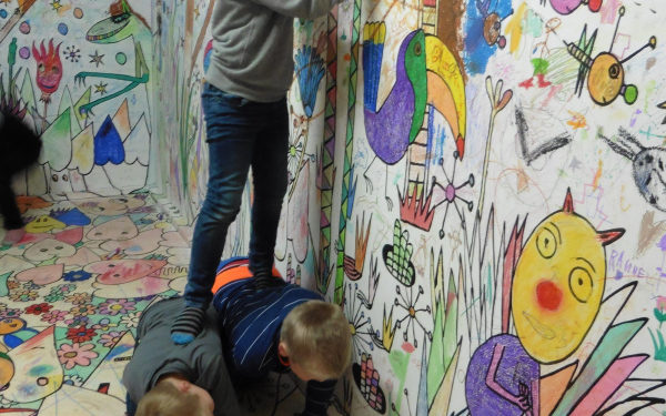 Kinder machen praktische Übungen im Museum Goch