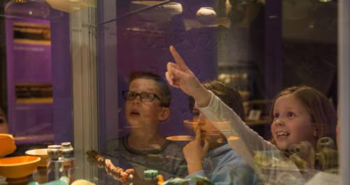 Kinderen bezoeken de tentoonstelling in het Thermenmuseum Heerlen