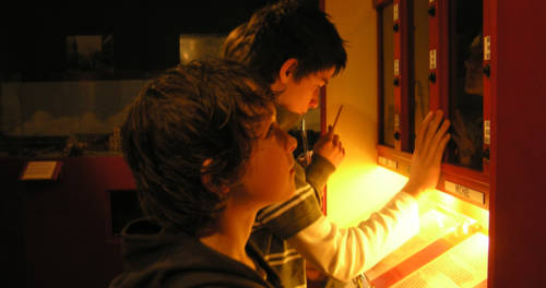 Kinderen bekijken de tentoonstelling in het Nationaal Bevrijdingsmuseum