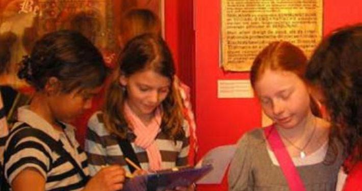Kinderen leren samen in de tentoonstelling van het Nationaal Bevrijdingsmuseum
