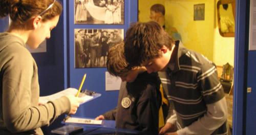 Tieners kijken naar een museummedium