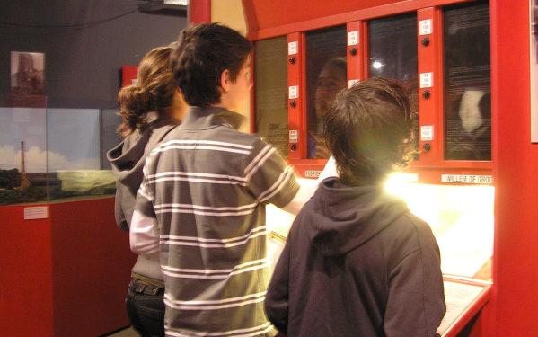 Kinderen in een vraag- en antwoordspel in Nationaal Bevrijdingsmuseum