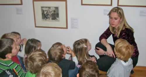 Pädagogin bei einer Kindergartenführung im Museum Goch