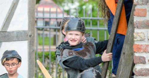 Kinder in Ritterrüstung im Musenhof