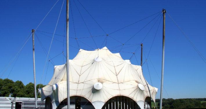 Witte koepel buitenkant in Nationaal Bevrijdingsmuseum