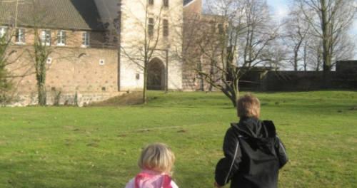 Kinder im Aussengelände vom Kreismuseum Zons